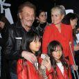 Johnny Hallyday, sa femme Laeticia (en béquilles) et leurs filles Jade et Joy au vernissage de l'exposition du photographe Mathieu Cesar à Los Angeles. Le 21 février 2017.