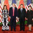 Melania Trump (à gauche), habillée d'une robe Dolce & Gabbana, son mari Donald Trump, le président chinois Xi Jinping et son épouse Peng Liyuan à Pékin, le 9 novembre 2017.