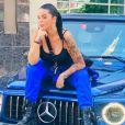 Sarah Fraisou pose sur une voiture, photo postée sur Instagram