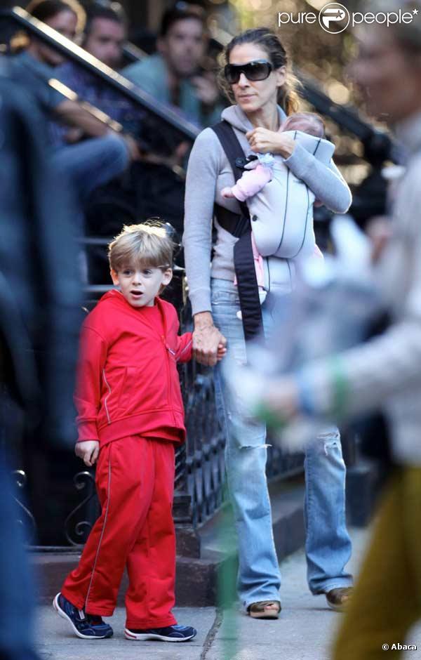 Sarah Jessica Parker se balade avec une de ses jumelles et son fils