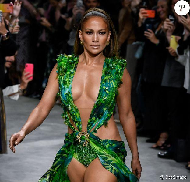 Jennifer Lopez (avec une robe qu'elle portait il y a 19 ans à la cérémonie des Grammy Awards) - Défilé Versace Collection Prêt-à-Porter Printemps/Eté  lors de la Fashion Week de Milan.
