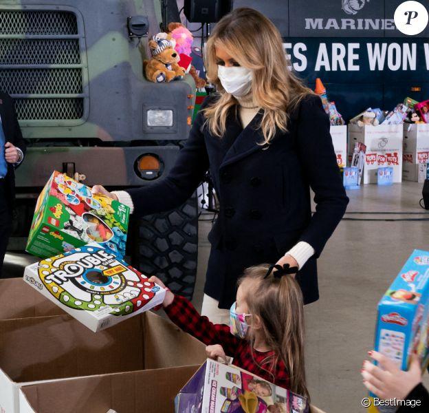 Melania Trump fait une distribution de cadeaux aux enfants des soldats américains sur la base Anacostia-Bolling à Washington, décembre 2020.