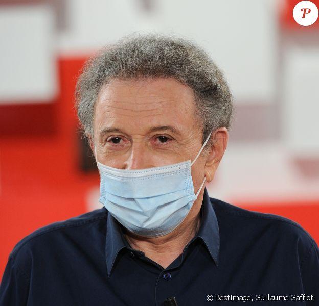 Exclusif - Michel Drucker (porte un masque) - Enregistrement de l'émission ' Vivement Dimanche ' au studio Gabriel. A cause de l'épidémie de coronavirus (COVID-19) , l'émission est tournée sans public et n'accueille qu'un seul invité en plateau. © Guillaume Gaffiot / Bestimage