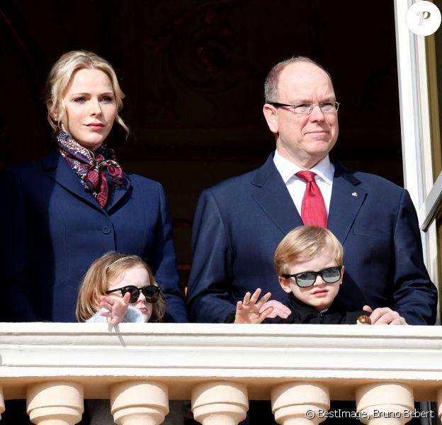 Le prince Albert II de Monaco, sa femme la princesse Charlène et leurs enfants le prince héréditaire Jacques et la princesse Gabriella ont assité depuis un balcon du Palais à la traditionnelle procession durant la célébration de la Sainte Dévote, Sainte patronne de Monaco, à Monaco. © Bruno Bebert / Bestimage