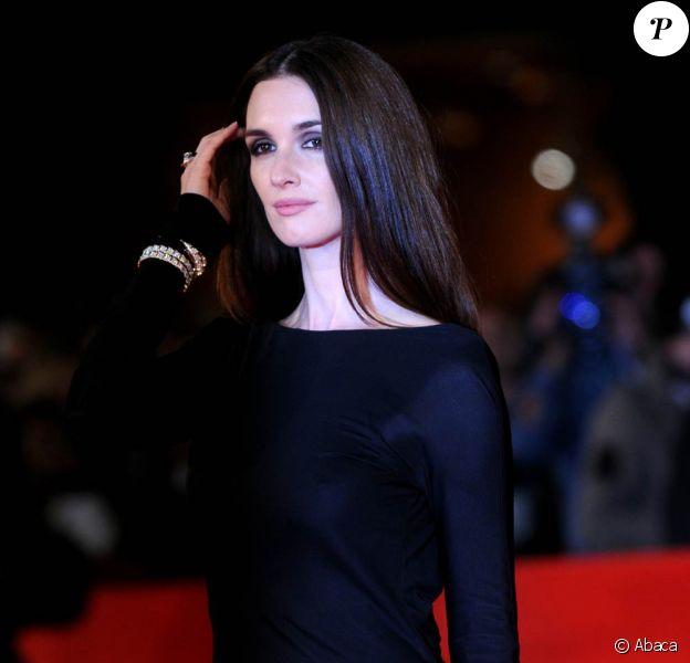 La très glamour Paz Vega, à l'occasion de la présentation de Triage, lors de l'ouverture du 4e Festival International du Film de Rome, en Italie, le 15 octobre 2009 !
