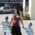 Carrie Ann Moss se promène accompagnée de ses enfants à Los Angeles le 15 octobre 2009