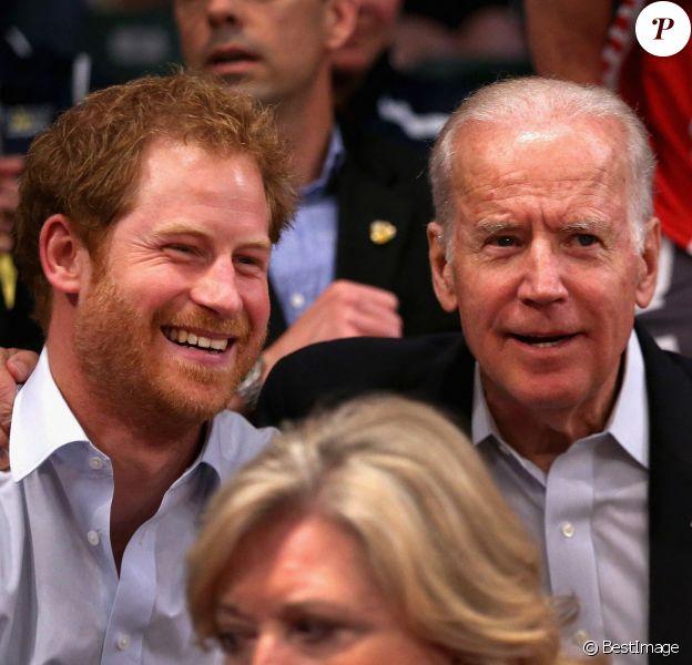 """Le prince Harry avec le vice-président des Etats-Unis Joe Biden, assistent au match de rugby en chaise roulante """"USA vs Danemark"""" aux Invictus Games d'Orlando en Floride."""