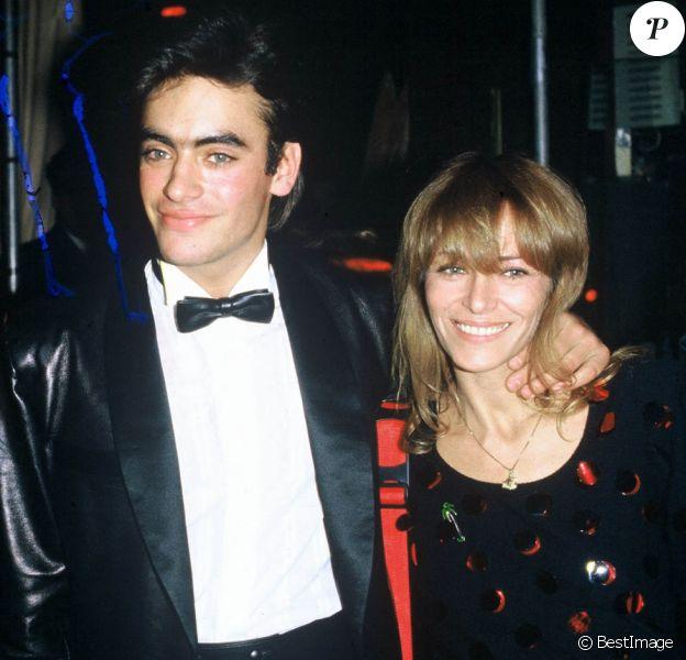 Clio Goldsmith et Anthony Delon et sa mère Nathalie lors d'une soirée à Paris.