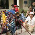 Brad Pitt et Angelina Jolie jouent avec des enfants en Jordanie