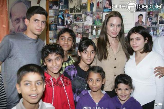 Angelina Jolie pose avec des enfants en Jordanie