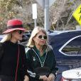 """Laeticia Hallyday et sa mère Françoise Thibaut (en survêtements) sont allées déjeuner au restaurant japonais """"Sushi Zo"""" près du Lycée Français à Los Angeles, le 5 février 2019. Elles sont restées 2 heures dans le restaurant. Elles sont ensuite allées chercher la petite Joy à l'école."""
