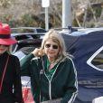 """Laeticia Hallyday et sa mère Françoise Thibaut (en survêtements) sont allées déjeuner au restaurant japonais """"Sushi Zo"""" près du Lycée Français à Los Angeles, le 5 février 2019. Elles sont restées 2 heures dans le restaurant. Elles sont ensuite allées chercher la petite Joy à l'école. Laeticia porte des baskets Fendi et un petit sac rouge Yves Saint Laurent."""