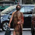Lady Gaga fait signe aux photographes en se promenant dans les rues de Rome. Le 24 février 2021.