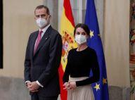 Letizia d'Espagne de cérémonie au palais : jupe recyclée et boucles d'oreilles fantaisie avec Felipe
