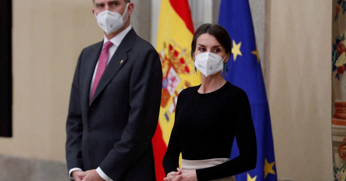 Letizia d'Espagne de cérémonie au palais : jupe recyclée et boucles d'oreilles fantaisie avec Felipe - Pure People