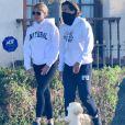 Exclusif - Gwyneth Paltrow et son mari, Brad Falchuk, se promènent ensemble dans leur quartier de Brentwood, le 1er janvier 2021.