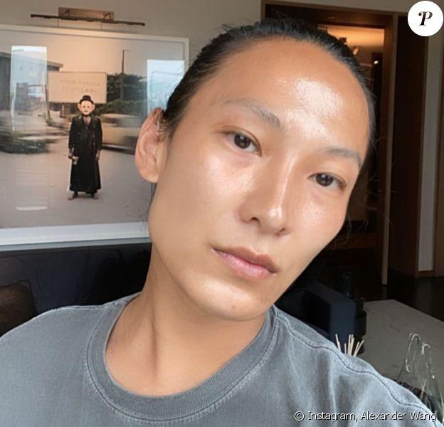 Le créateur Alexander Wang prend la pose sur Instagram.