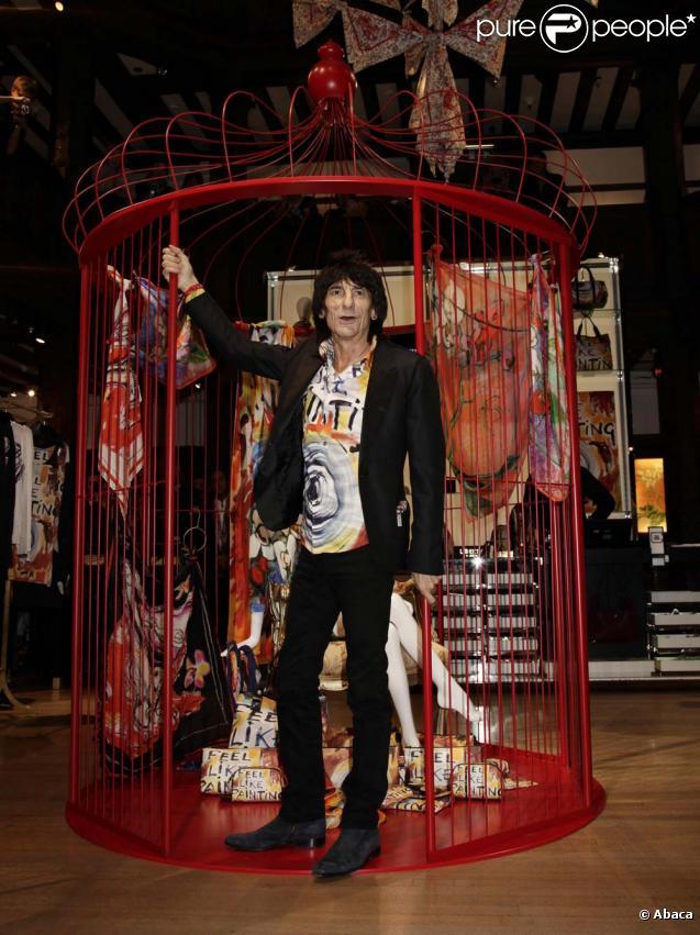 Ronnie Wood des Rolling Stones inaugure la collection que lui a consacré Liberty Of London, le 27 octobre 2009 à Londres.