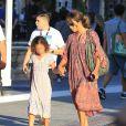 Halle Berry se promène avec sa fille Nahla Aubry au centre commercial The Grove à Los Angeles le 17 juin 2016.