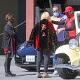 Exclusif - Keith Hudson, le père de Katy Perry, fait des cadeaux à ses amis à Los Angeles, en sortant de son pick-up jaune, le 15 février 2021.