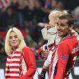 Antoine Griezmann, sa femme Erika Choperena et leur fille Mia avec la coupe de la Ligue Europa après la finale de la Ligue Europa. © Cyril Moreau/Bestimage
