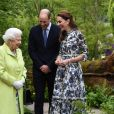 """La reine Elizabeth II, le prince William et Kate Middleton en visite au """"Chelsea Flower Show"""" à Londres."""