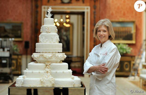 Installation du gâteau de mariage (créé par la pâtissière Fiona Cairns) du prince William et Kate Middleton au palais de Buckingham, à Londres, le 29 avril 2011.