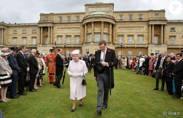 La reine Elizabeth II et le comte William Peel, Lord Chamberlain, dans les jardins de Buckingham en mai 2013.