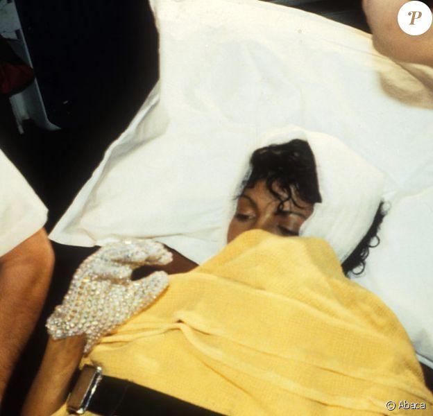 Michael Jackson arrivant à l'hôpital de Culver City à Los Angeles le 27 janvier 1984 après son accident sur le tournage de la publicité Pepsi