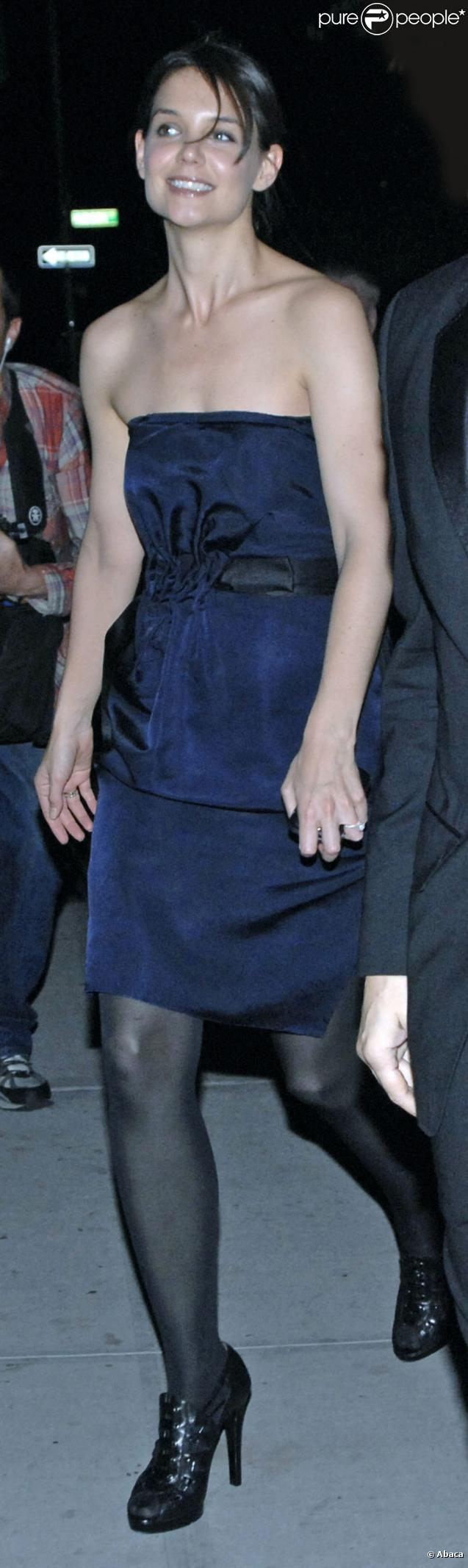 Katie Holmes, habillée par Lanvin, allant dîner le 8 novembre 2009 à New York... avec un joli sourire !