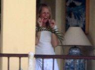 Helen Hunt, en vacances avec son chéri : elle passe son temps à se nettoyer... les dents ! La preuve !