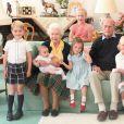 La reine Elizabeth II, le défunt prince Phillip, duc d'Édimbourg, et leurs arrières-petits-enfants (de gauche à droite) le prince George, le prince Louis (tenu par la reine Elizabeth II), Savannah Phillips (debout à l'arrière), la princesse Charlotte, $Isla Phillips tenant Lena Tindall et Mia Tindall.