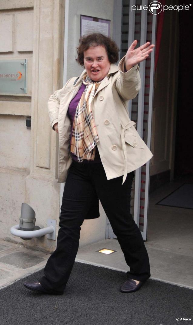 Susan Boyle éclate de joie à la sortie de l'hôtel de Sers à Paris, le 16 novembre 2009.