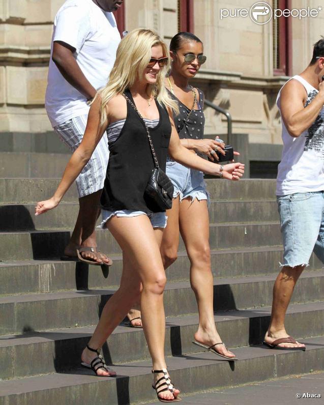 Ashley Roberts et Melody Thornton dévoilent leurs magnifiques jambes à Melbourne, en novembre 2009.