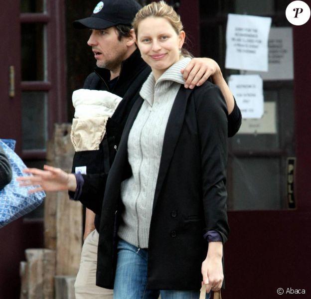 Karolina Kurkova et son amoureux Archie Drury dans les rues de New York avec leur adorable petit Toby