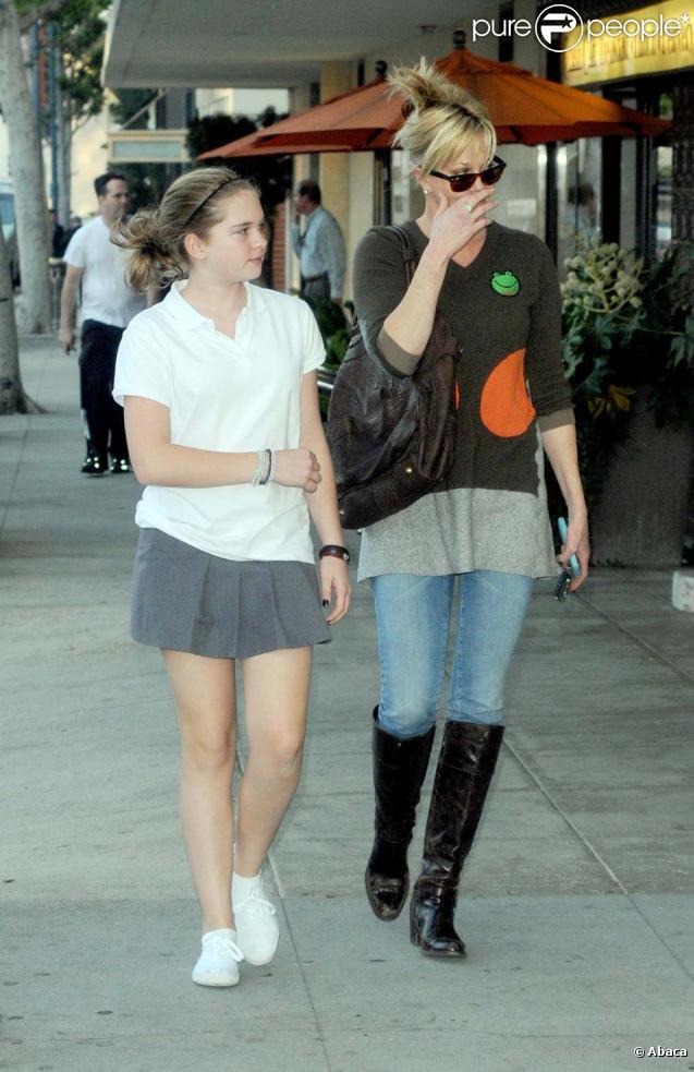 Melanie Griffith et sa fille Stella, à la sortie d'un cabinet médical de Los Angeles, le 3 décembre 2009.