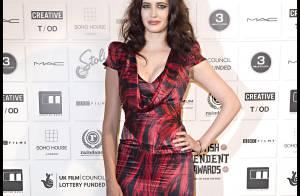 Eva Green se dévoile et pose avec glamour... même quand elle a des ennuis avec sa robe !