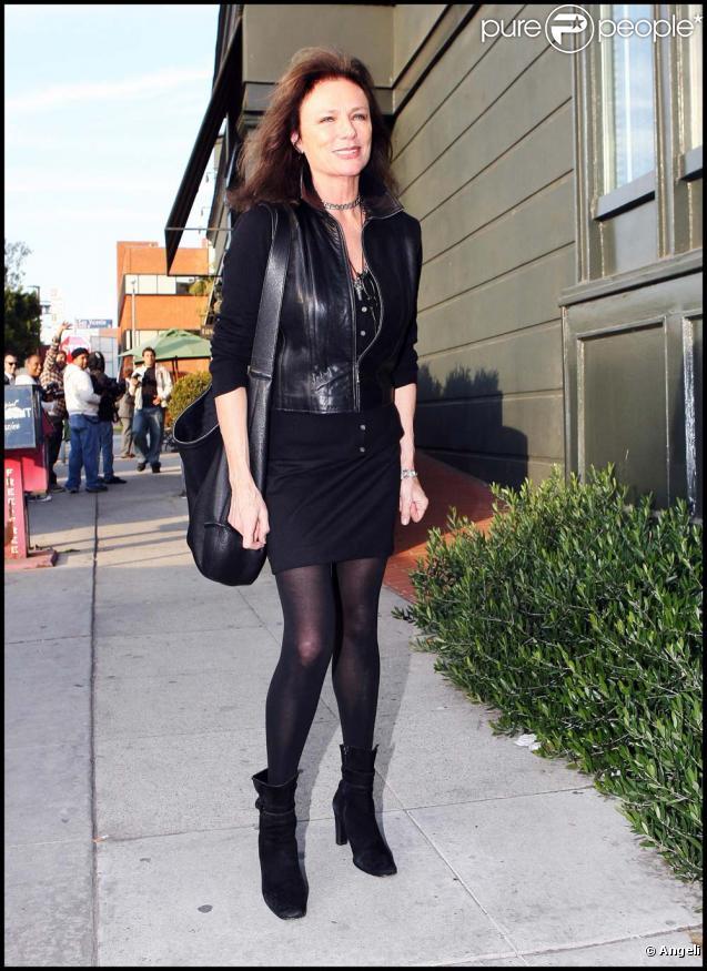 Jacqueline Bisset, magnifique, dans les rues de Los Angeles, le 9 décembre 2009.