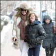 Elle Macpherson rigole avec son fils Arpad Busson lors d'une promenade à Aspen le 23 décembre 2009