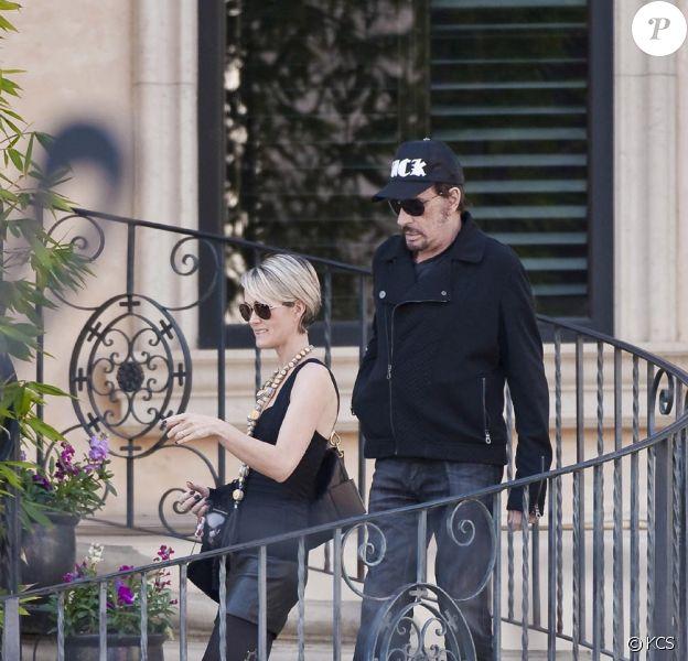Johnny et Laeticia Hallyday le 3 janvier sortant de leur maison de Beverly Glen suivis de leurs deux poupées Jade et Joy