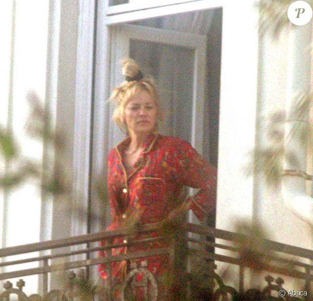 Choucroute sur la tête, yeux à moitié fermés, et mine enfarinée... Sharon Stone plus torride que jamais au réveil !