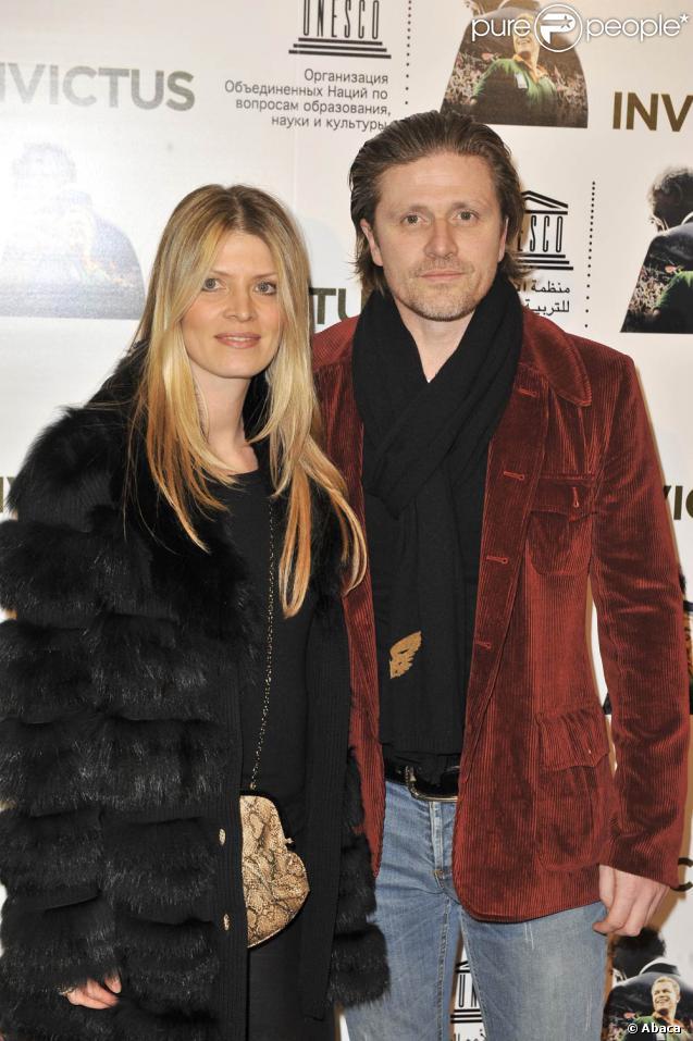 Emmanuel Petit et sa femme Maria, à l'occasion de l'avant-première d' Invictus , qui s'est tenue au siège de l'Unesco, à Paris, le 11 janvier 2010.