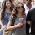 Lei arrivant telle une star au bras de son garde du corps sur le tournage de Gossip Girl, le 10 juillet 2009 dans le quartier de Soho à New York.