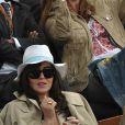 Isabelle Adjani n'a besoin de personne pour l'accompagner sur le stade Suzanne Lenglen. Dans les gradins, l'actrice préfère discuter avecdes people aussi fans qu'elle... comme Tony Parker et Eva Longoria !