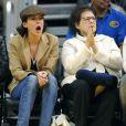 Tout autant sur-voltée, Lara Flynn Boyle n'hésite pas à pousser de la voix lors d'un match de basket. Sa mère commence à penser... qu'elle a perdu ses bonnes manières !