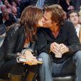Cindy Crawford veut bien accompagner son mari, Rande Gerber, soutenir les Lakers en direct Live mais à une seule condition. Les bisous... n'attendront pas la mi-temps !