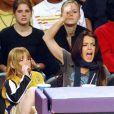 Pour les Lakers, Lindsay Lohan est une fan déchaînée. Debout, le poing levé, LiLo a trouvé le meilleur des grigris pour soutenir ses héros... habiller son petit frère en total look Lakers !