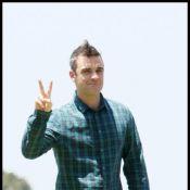 Découvrez le déjanté Robbie Williams se faire des perruques avec... ses chiens !