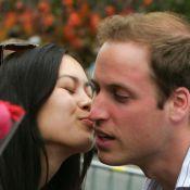 Le Prince William étouffé sous une pluie de fans hystériques ! Quel tombeur !