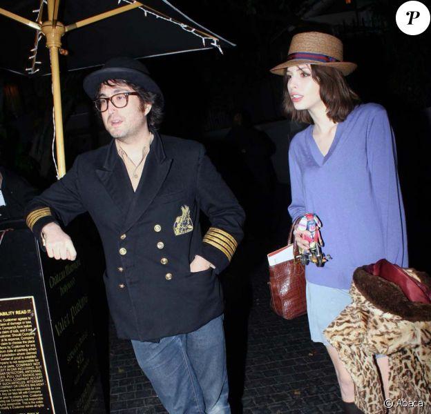 Sean Lennon et Charlotte Kemp Muhl, dans les rues de Los Angeles, le 28 janvier 2010 !